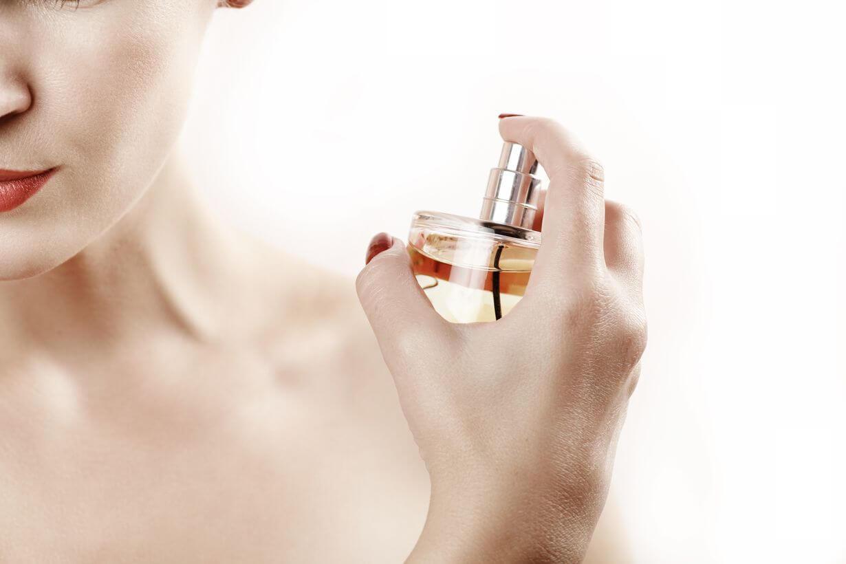 femeie care se parfumeaza