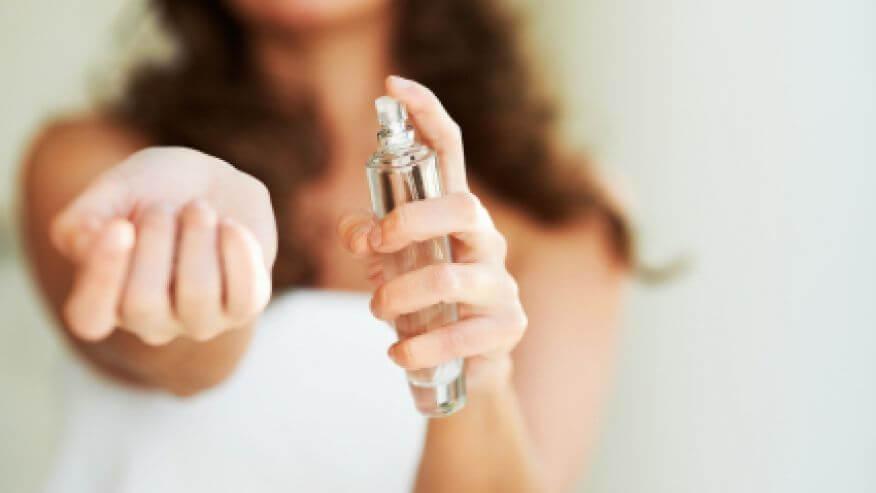 femeia care testeaza un parfum pe incheietura